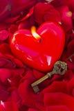 Clé avec le coeur comme symbole de l'amour Photo libre de droits