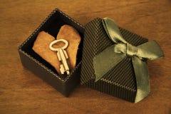Clé, boîte-cadeau et feuille en forme de coeur photographie stock
