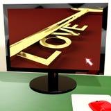 Clé d'amour sur l'écran d'ordinateur montrant la datation en ligne Image libre de droits