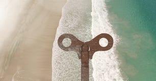 clé 3D rustique au-dessus de plage Image stock
