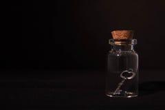 Clé dans la bouteille en verre Photographie stock