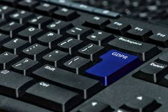 Clé de clavier bleue avec le texte GDPR comme symbole pour l'intimité et le Gener photographie stock