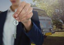 Clé de Hand Holding de femme d'affaires devant le camping-car Photos libres de droits