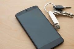 clé de maison de wite de 4G Smartphone sur le plancher en bois Image libre de droits