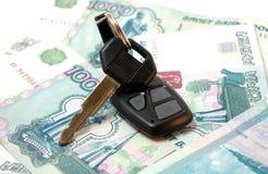 Clé de véhicule et de millier de roubles Photographie stock
