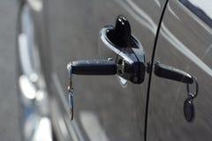 Clé de véhicule insérée dans la trappe Images stock