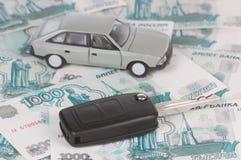Clé de véhicule sur l'argent Photo stock