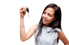 Clé de véhicule sur la main de femme Photos libres de droits