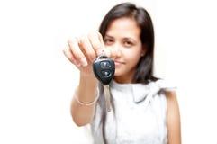 Clé de véhicule sur la main de femme Photo stock