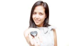 Clé de véhicule sur la main de femme Images libres de droits