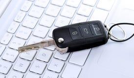 Clé de véhicule sur le clavier Photographie stock libre de droits