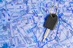 Clé de véhicule sur une carte. Images libres de droits