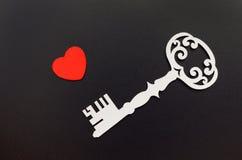 Clé de vintage avec un coeur sur le fond noir Images libres de droits