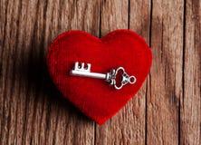 Clé de vintage et coeur rouge Photos stock