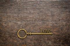 Clé de vintage pour l'amour sur le fond en bois avec l'espace valentine Image stock