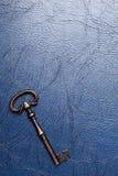 Clé de vintage sur un cuir Image stock