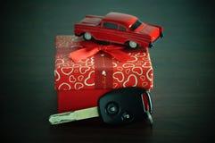 clé de voiture avec le boîte-cadeau rouge Photographie stock