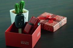 clé de voiture avec le boîte-cadeau rouge Image stock