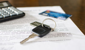 Clé de voiture, carte de crédit sur un contrat de ventes signé Image stock