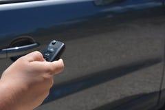 Clé de voiture chez la main de la femme, à côté du véhicule image libre de droits