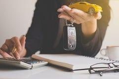 Clé de voiture en main pour l'accord de ventes de véhicule, les finances de voiture et le prêt Photos libres de droits