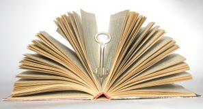 Clé et livres Photos libres de droits