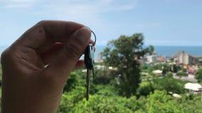 Clé femelle d'hôtel de participation de main sur le beau fond de seaview, concept de voyage clips vidéos