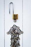 clé machine autour de clé sur l'équipe en bois blanche de fond pour le succès Photo libre de droits