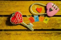 Clé machine rose avec la clé de coeur et l'alphabet rouges d'amour Photo libre de droits
