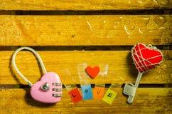 Clé machine rose avec la clé de coeur et l'alphabet rouges d'amour Images libres de droits