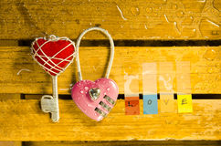 Clé machine rose avec la clé de coeur et l'alphabet rouges d'amour Images stock