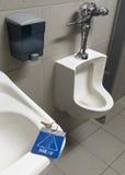 Clé oubliée de toilettes Image stock