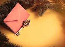 Clé rouge d'enveloppe et de vintage de Noël Photographie stock libre de droits
