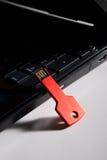 Clé rouge d'usb sur le clavier noir Photos stock