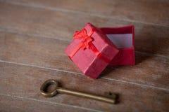 Clé rouge de boîte et en métal Photo libre de droits