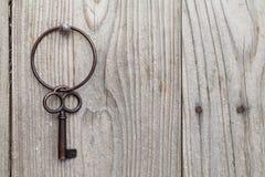 Clé rouillée et porte-clés Photographie stock libre de droits