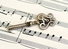Clé squelettique avec des Lires de clef triple sur la musique de feuille. Image stock