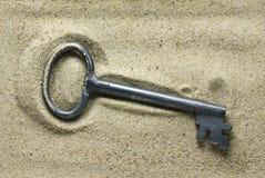 Clé sur le sable Photos libres de droits