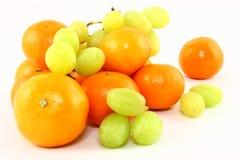 Clémentines et raisins sur le blanc Images libres de droits
