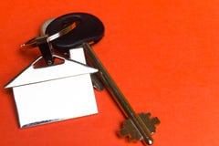 Clés à la maison avec un keychain sous forme de maison photo libre de droits