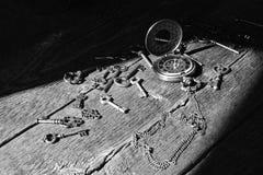 Clés antiques et vieille montre de poche Photo libre de droits