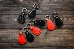 Clés attachées au keychain en cuir, sur le fond en bois Photo stock