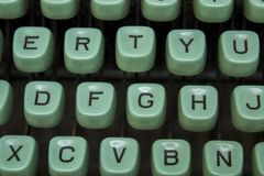 Clés bleues d'une vieille machine à écrire avec les lettres noires étroitement  image libre de droits