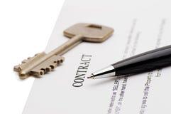 Clés d'une nouvelle maison et d'un stylo sur le contrat Photo stock