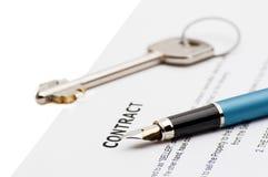 Clés d'une nouvelle maison et d'un stylo sur le contrat Images libres de droits