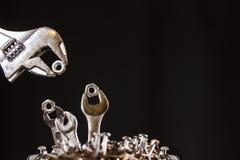 Clés de alimentation de bébé de clé réglable dans un nid des clous Images stock
