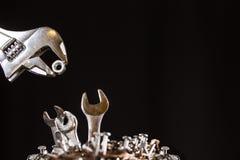 Clés de alimentation de bébé de clé réglable dans un nid des clous Photographie stock