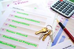 Clés de Chambre sur le portefeuille de vente d'immeubles photographie stock libre de droits