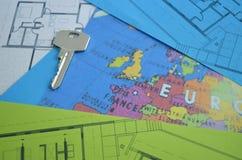 Clés de Chambre sur un modèle de plan de maison Photographie stock libre de droits