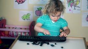 Clés de clavier drôles d'ordinateur de décollage de fille dans sa chambre banque de vidéos